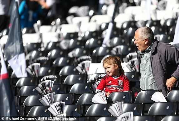 Những khán giả của Fulham tới sớm để theo dõi trận đấu tại vòng 8 Premier League