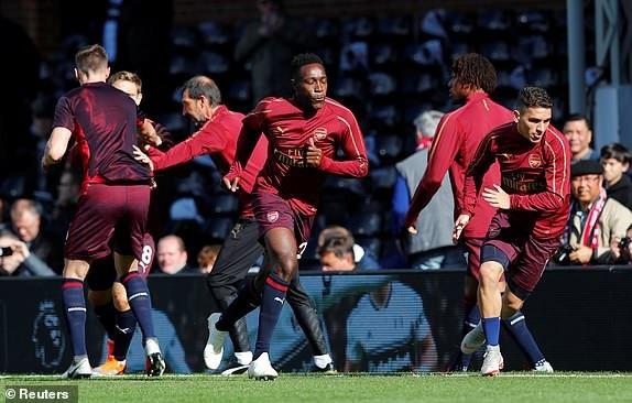 Các cầu thủ Arsenal khởi động trước trận đấu
