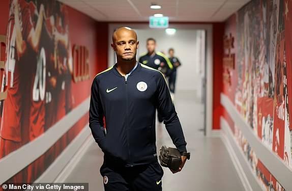 Kompany tới Anfield cùng các đồng đội ở Man City