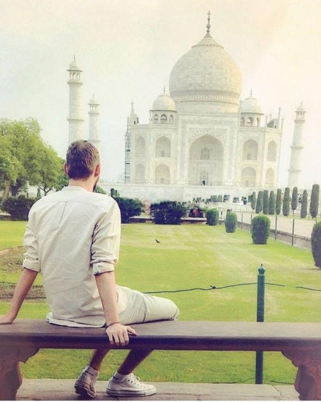 Chàng trai Scotland chụp hình trước đền Taj Mahal, Ấn Độ