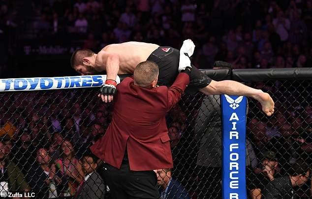 Khabib Nurmagomedov nhảy khỏi lồng bát giác để tấn công đồng đội của McGregor