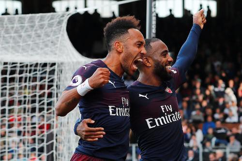 Lacazette ăn mừng cùng Aubameyang, cả hai tiền đạo hàng đầu của Arsenal đều đặt dấu ấn