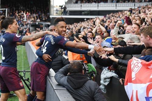 Aubameyang chia vui cùng các cổ động viên với bàn thắng ấn định thắng lợi 5-1 cho Arsenal