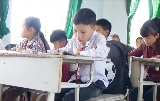 Dù đôi chân tật nguyền nhưng Vi Nhật Cảnh chưa phải nghỉ học buổi nào. 7 năm nay, cậu học trò này đến trường bằng đôi chân của người bạn cùng bản Vi Tuấn Khanh.