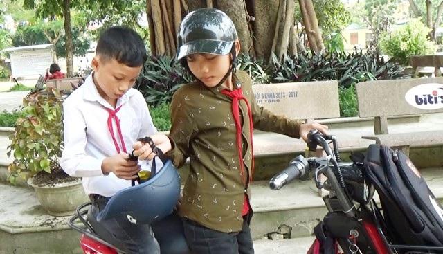 Học lớp 1, Tuấn Khanh còn bé nên chỉ có thể dìu bạn đến trường. Lên lớp 3, em có thể cõng bạn trên lưng, vượt chặng đường gần 2km để đi học. Hiện giờ, chặng đường đến trường quá xa, Tuấn Khanh ngày ngày đưa bạn đi học trên chiếc xe đạp điện.