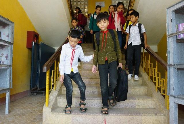 10 năm nay, Tuấn Khanh là người đưa đón Nhật Cảnh - cậu bé bị di chứng bại não khiến đôi chân bị tật, ngày hai buổi tới trường.