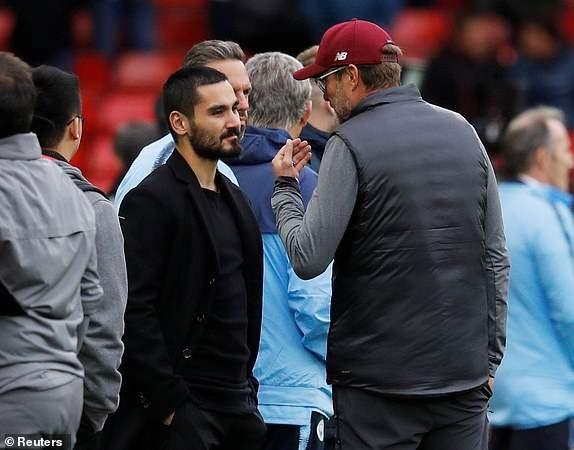 Klopp trnah thủ ra nói chuyện với Gundogan, cậu học trò cũ của ông ở Dortmund. Tiền vệ người Đức gặp chấn thương nên không thi đấu trận này
