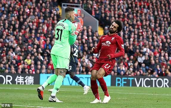 Salah (phải) vẫn không có được cảm giác dứt điểm tốt ở trận đấu này