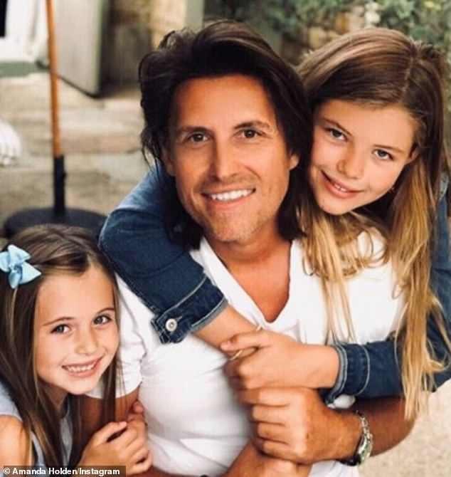 Chồng và hai cô con gái của Amanda