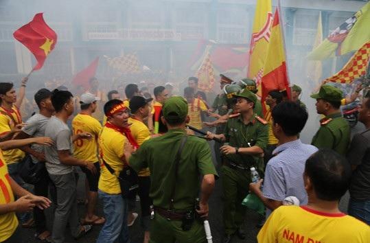 Cổ động viên Nam Định ăn mừng vé dự trận play-off ở sân Cần Thơ - 2