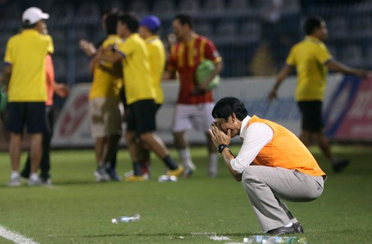 Khi trận đấu kết thúc, lúc HLV Vũ Quang Bảo bên phía Cần Thơ gục xuống ôm mặt tiếc nuối...