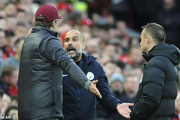 Pha tranh cãi giữa Guardiola và Klopp, tuy nhiên cả hai không gây hấn