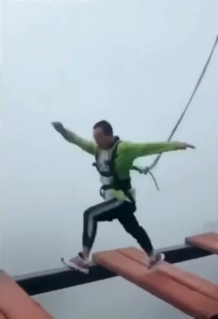 ...càng mạo hiểm hơn gấp bội khi nhảy qua từng nhịp cầu mà không biết cáp an toàn đã hỏng
