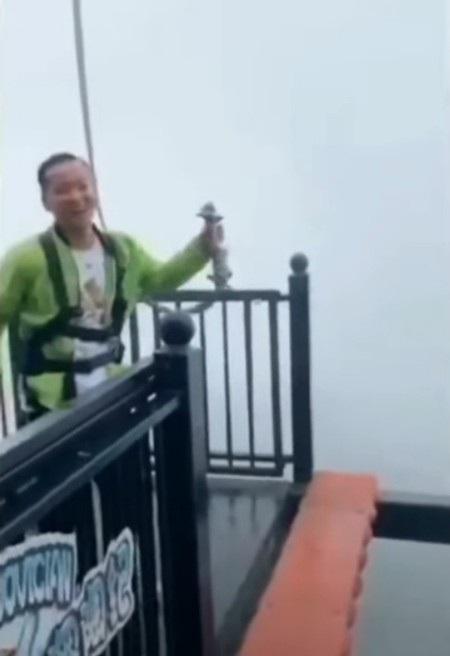 Nam du khách vô cùng ngạc nhiên khi phát hiện cáp an toàn của mình đã rơi ra