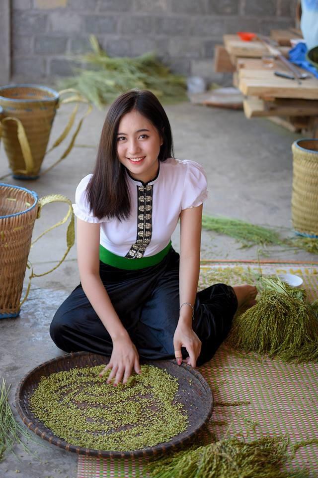Trang mặc cả trang phục của người Hmông và người Thái.