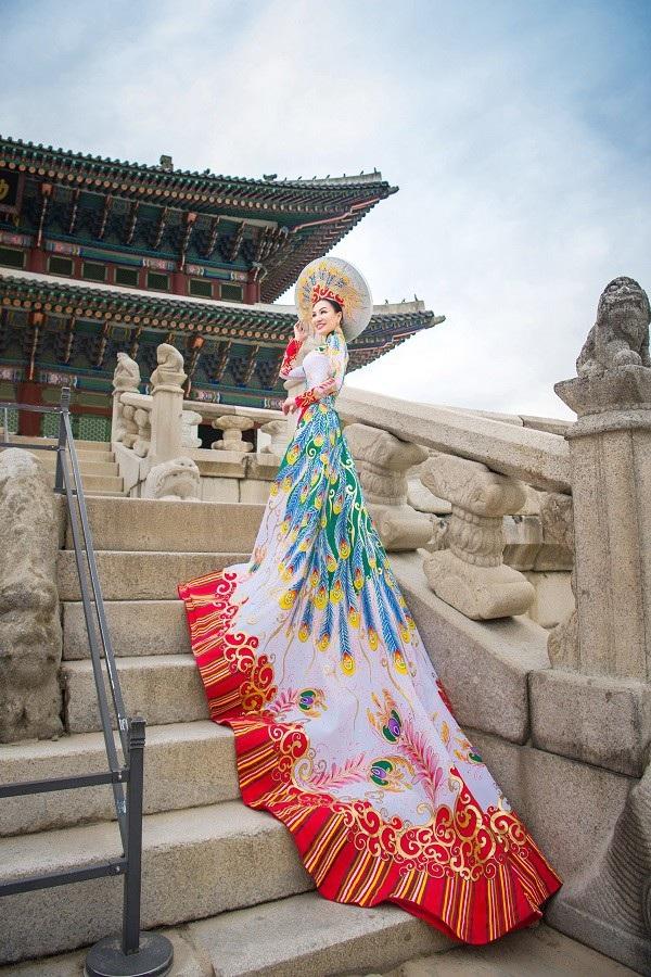 Nữ Hoàng Trần Huyền Nhung và Nam Vương Quốc tế diện quốc phục nặng ký sánh bước bên nhau. - 4