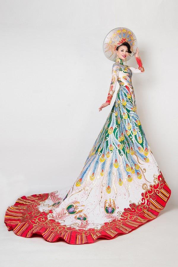 Nữ Hoàng Trần Huyền Nhung và Nam Vương Quốc tế diện quốc phục nặng ký sánh bước bên nhau. - 7