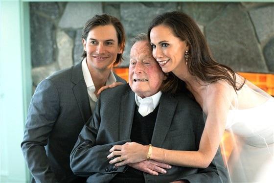Cựu Tổng thống George H. W. Bush, ông nội của cô dâu, cũng có mặt tại lễ cưới của cháu gái.