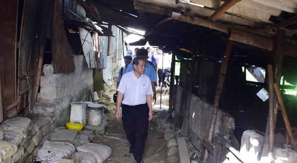 Ông Phan Ngọc Thọ, Chủ tịch UBND tỉnh Thừa Thiên Huế đi thị sát đời sống người dân trên Kinh thành Huế