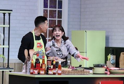 Dù được bà xã hỗ trợ, người mẫu Đăng Khánh vẫn bị Cao Ngân mắng xối xả vì nấu ăn không đúng ý. (Ảnh: Lê Nhân)