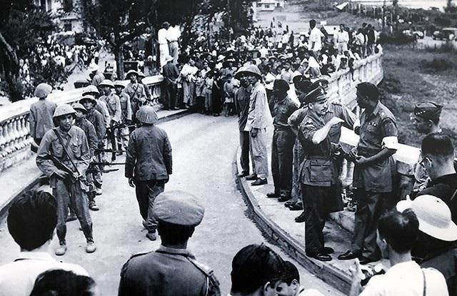 Hình ảnh bàn giao, tiếp quản giữa binh sĩ Pháp và Quân đội Nhân dân Việt Nam tại cầu Long Biên, ngày 9/10/1954.