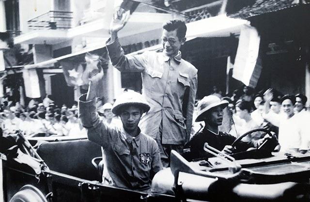 Bác sĩ Trần Duy Hưng, Phó Chủ tịch Ủy ban Quân chính vẫy chào nhân dân trong ngày giải phóng Thủ đô 10/10/1954.
