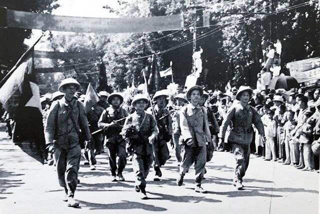 Đoàn quân giải phóng trên đường Đinh Tiên Hoàng, ngày 10/10/1954.