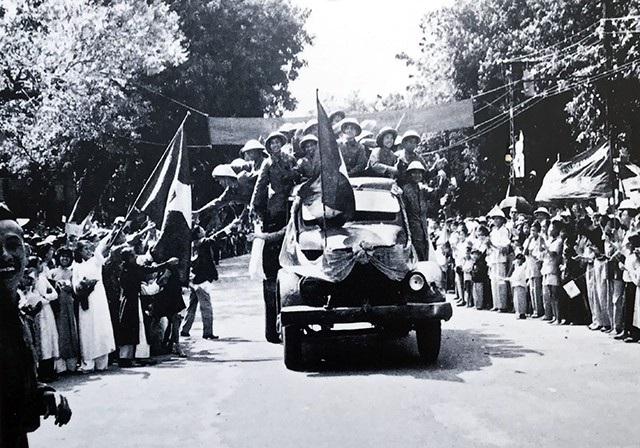Nhân dân tỏa ra các tuyến phố chào đón đoàn quân tiến về tiếp quản Thủ đô, ngày 10/10/1954.
