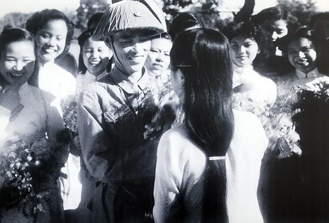Nữ sinh trường Trưng Vương tặng hoa bộ đội cụ Hồ (Thiếu tướng Vương Thừa Vũ), tháng 10/1954.