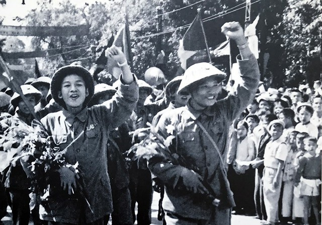 Những người lính trẻ được hân hoan chào đón trên đường Đinh Tiên Hoàng, ngày 10/10/1954.
