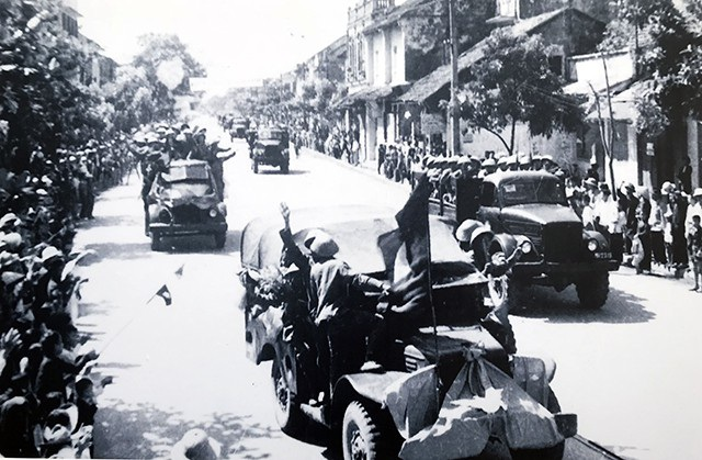 Đoàn Văn công Hà Nội (trưởng đoàn Hoàng Cầm) trên đường phố Huế, ngày 10/10/1954.