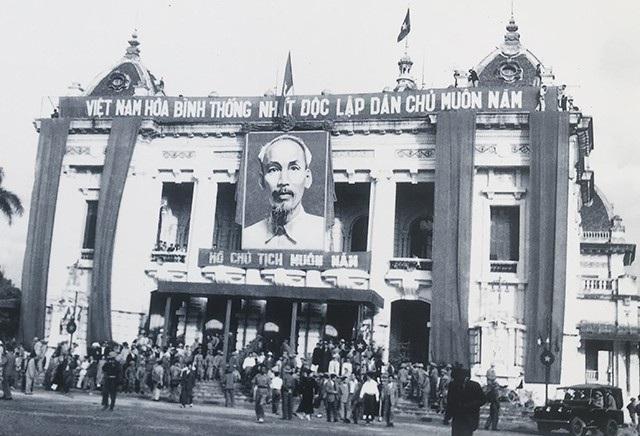 Ủy ban Quân chính ra mắt nhân dân TP Hà Nội tại Nhà Hát Lớn, tháng 10/1954.