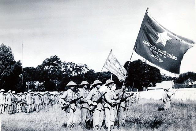 Một đơn vị Trung đoàn Thủ đô với cờ Quyết chiến Quyết thắng của Chủ tịch Hồ Chí Minh, ngày 10/10/1954.