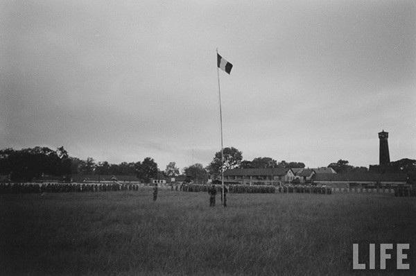 Toàn cảnh khu vực diễn ra lễ hạ cờ của quân Pháp ở thành Hà Nội trước khi lực lượng Việt Minh tiếp quản Thủ đô, tháng 10-1954. Góc bên phải bức ảnh là cột cờ Hà Nội năm 1954.
