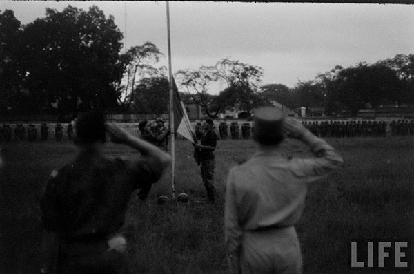 Các binh sĩ giơ tay chào khi lá cờ của Pháp được hạ xuống.