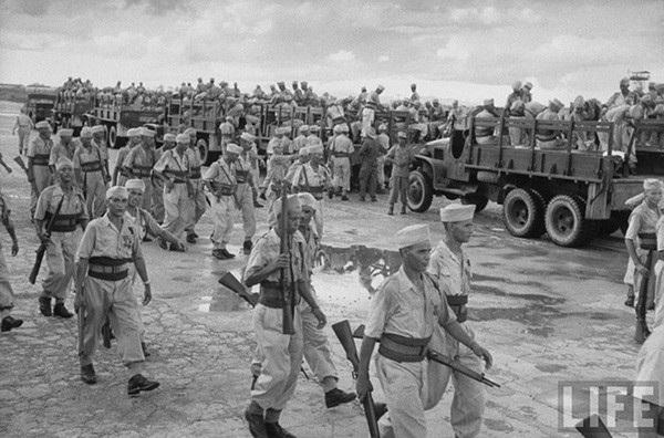 Lính Pháp chuẩn bị rút khỏi Hà Nội trước khi quân đội Việt Minh tiến vào.
