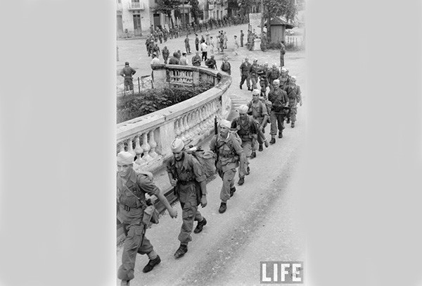 Lính Pháp rút khỏi Hà Nội qua đường cầu Long Biên.