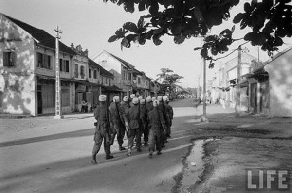 Tốp lính Pháp di chuyển qua một góc phố tuyệt đẹp của Hà Nội.