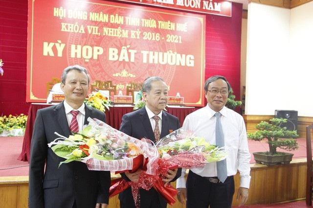 Ông Nguyễn Văn Cao (phải) chúc mừng ông Phan Ngọc Thọ (giữa) là tân Chủ tịch UBND tỉnh Thừa Thiên Huế nhiệm kỳ 2016-2021
