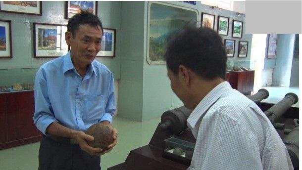 Ông Dũng bàn giao 4 quả đạn thần công cho Bảo tàng Bình Định.