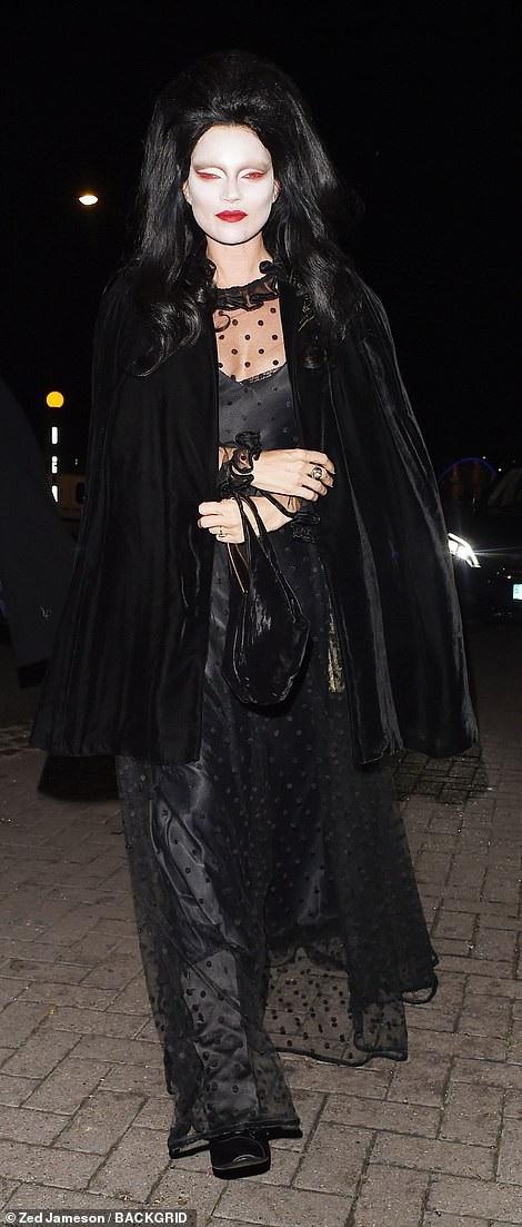 Không thể nhận ra siêu mẫu Kate Moss trong hình mẫu nhân vật Morticia Addams