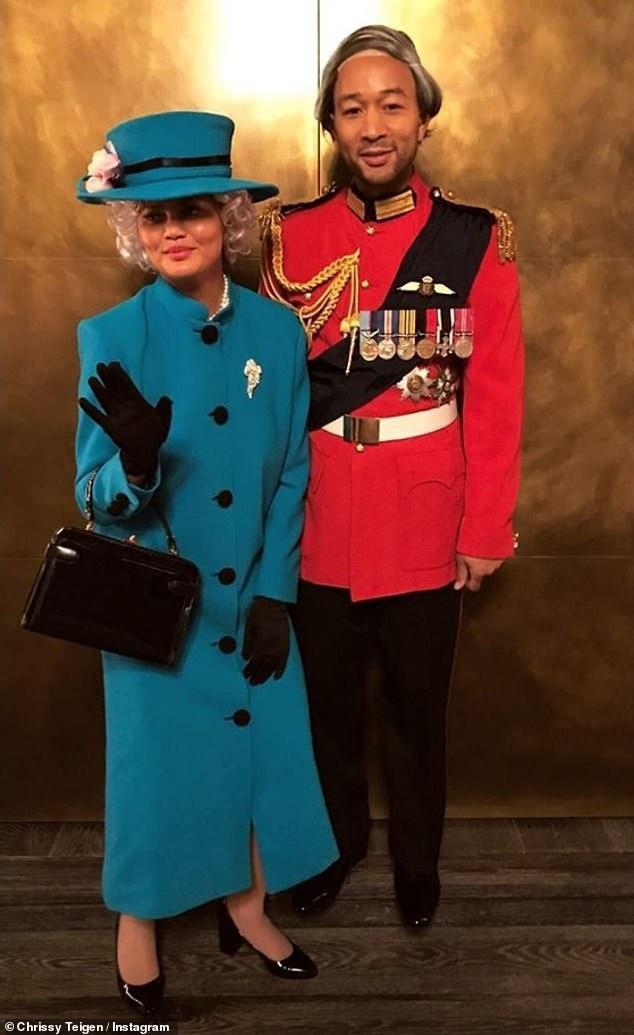 Chrissy Teigen và chồng John Legend há trang thành nữ hoàng Elizabeth và thái tử Charles