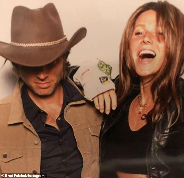 Gwyneth Paltrow và chồng Brad Falchuk hóa trang thành Lady Gaga và Bradley Cooper trong phim A Star Is Born