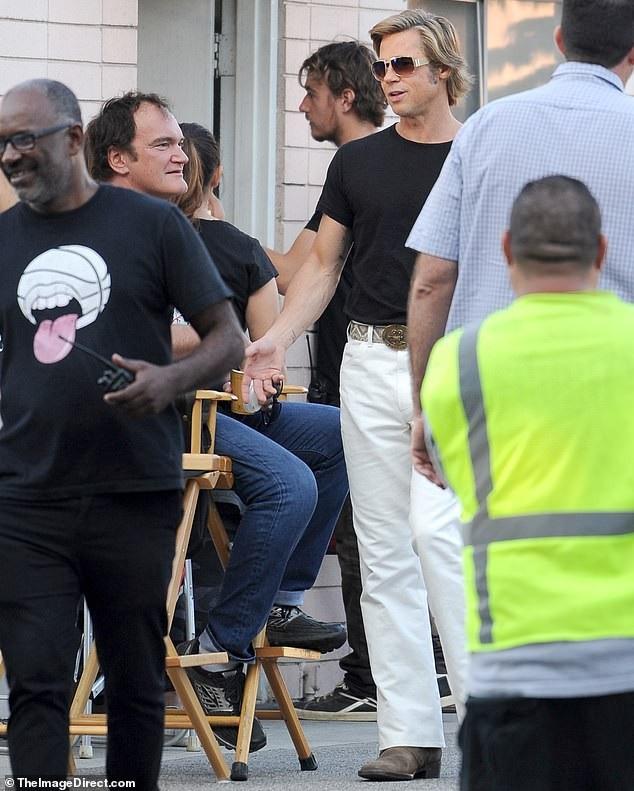 Brad Pitt diện trang phục cổ điển trên phim trường hồi đầu tuần này.