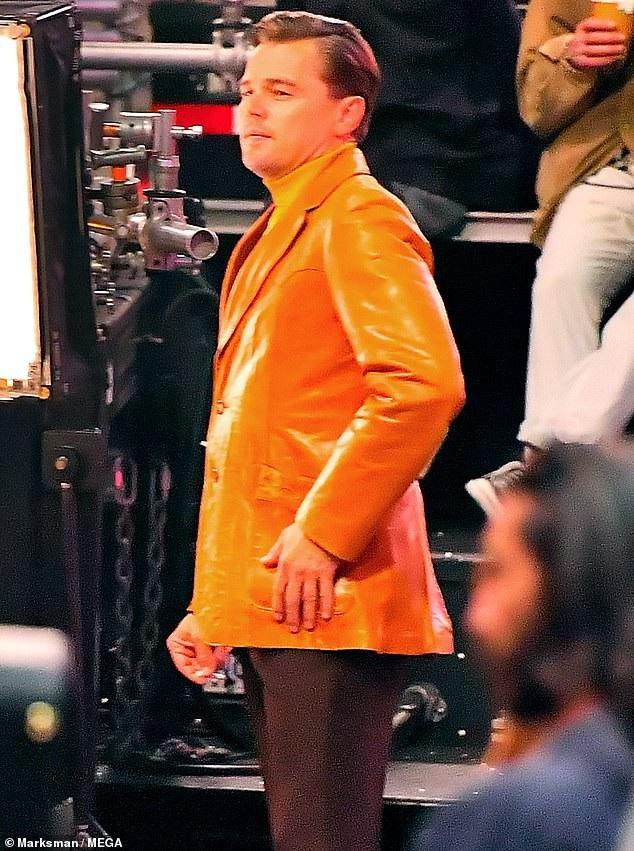 """Leonardo Dicaprio cũng tham gia diễn xuất trong phim và xuất hiện với phục trang """"hoài cổ""""."""