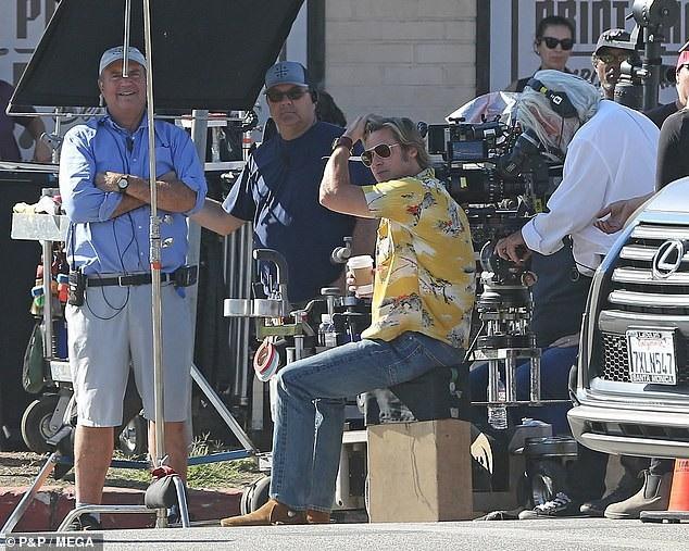 Brad Pitt vui vẻ, cởi mở với các đồng nghiệp trên phim trường.