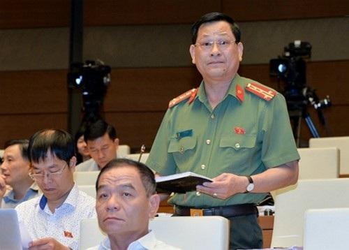 Ông Nguyễn Hữu Cầu phát biểu tại hội trường sáng nay