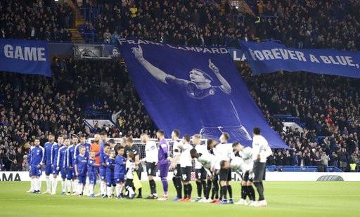 Cầu thủ hai đội bắt tay nhau trước khi bước vào cuộc chiến ở vòng bốn League Cup, vòng tứ kết đang mở rộng chờ hai đội