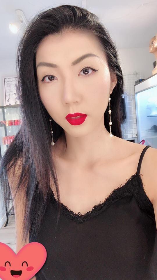 Ngọc Quyên bình thản livestream hướng dẫn cách make-up đi chơi Halloween và thẳng thắn trước những câu hỏi của mọi người về chuyện riêng tư.