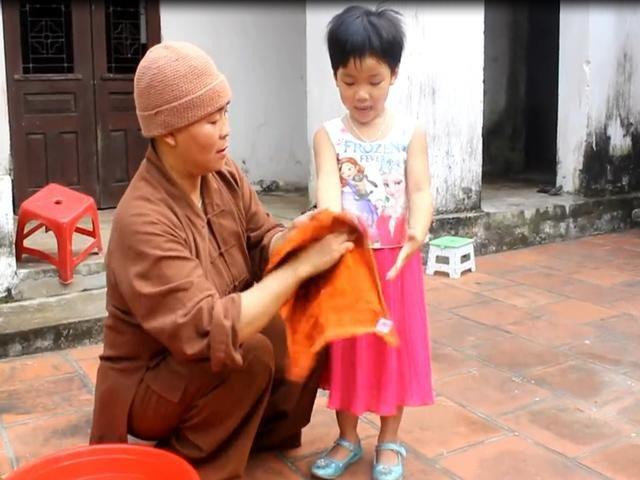 Bén duyên cửa Phật từ khi còn là con gái, nên khi nhận nuôi các con, thầy phải học mọi điều để làm mẹ.